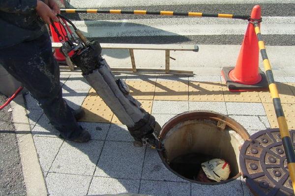 【工事中】 N市発注 下水管補修工事補修機械をマンホールから挿入し風船のように膨らませ、補修材料を圧着させます。