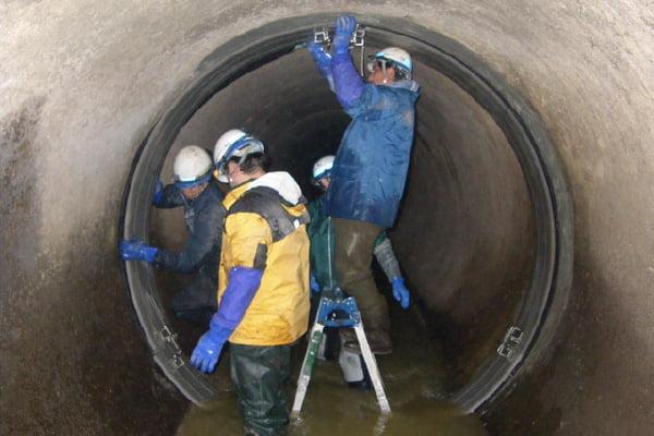 【工事中】 A県発注 止水工事大口径の管路はこのように人の手で施工します。
