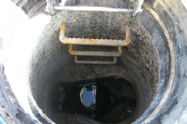 【工事前】 H市発注 マンホール耐震更生工事硫化水素ガスなどによりマンホール内は腐食が進んでいる状態です。